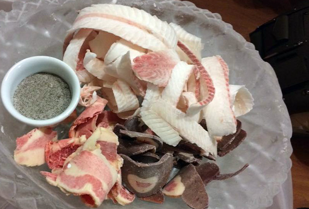 Гостям строганину подают с солью и перцем, соевым соусом, аджикой, горчицей, но истинные ценители чистого вкуса обходятся без всяких приправ