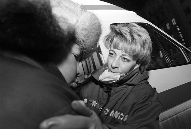 Елизавета Глинка оказывает медицинскую помощь бездомным на Павелецком вокзале в Москве