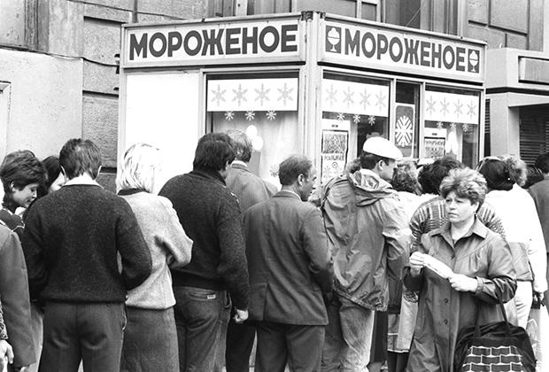 Очередь за мороженым в Москве, 1990 год. Описание из фотохроники ТАСС: «Очереди... наша самая актуальная тема. Они уже приобретают символическое значение для столицы. Но если есть очереди — значит, есть товар. Но где-то очередей совсем не бывает, поскольку купить нечего».