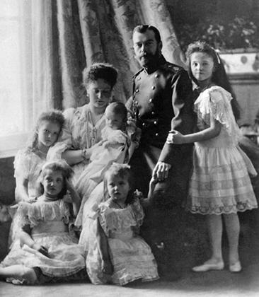 Семья императора Николая II с младенцем цесаревичем Алексеем