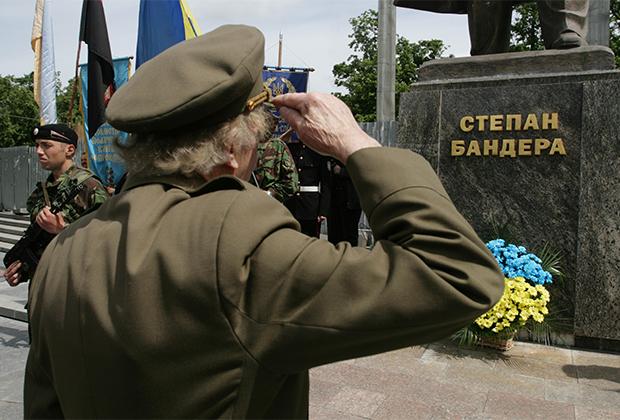 Ветераны УПА во время празднования Дня героев у памятника Бандере во Львове