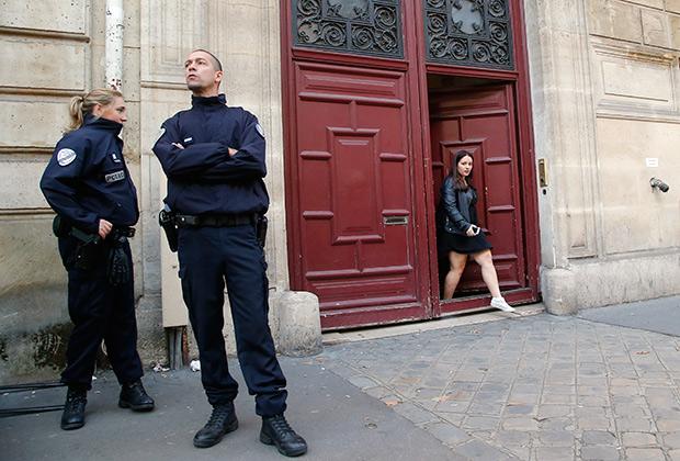 Полицейские дежурят перед Hôtel de Pourtalès после ограбления Кардашьян