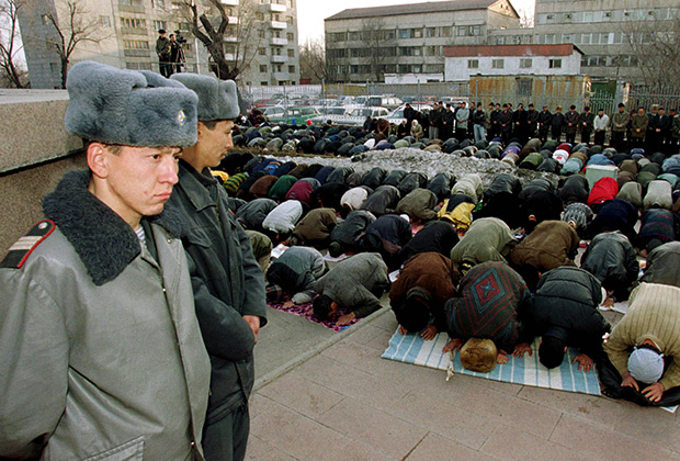 Казахстанские полицейские у мечети в Алма-Ате
