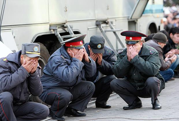 Милиционеры в Бишкеке на празднике Курбан-Байрам