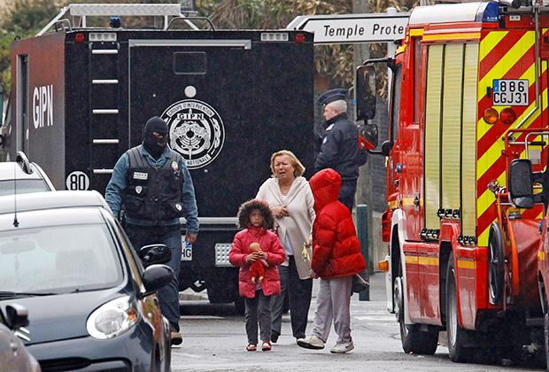 Около школы в Тулузе после атаки Мохамеда Мера