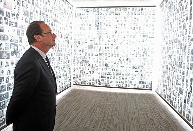 Франсуа Олланд рассматривает фотографии 2500 юных евреев, депортированных из Франции в годы Второй мировой войны