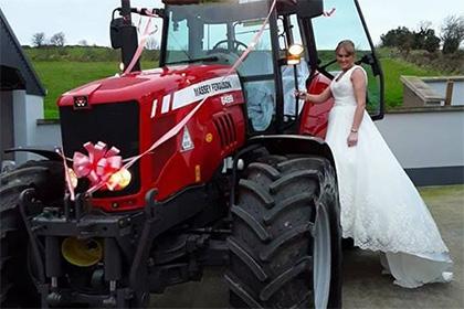 Ирландская невеста приехала под венец натракторе