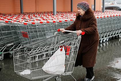 Покупатель перед продуктовым магазином в Киеве
