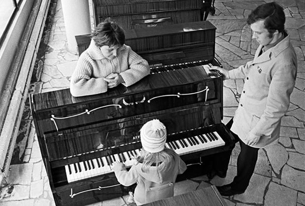В музыкальном магазине, 1970 год