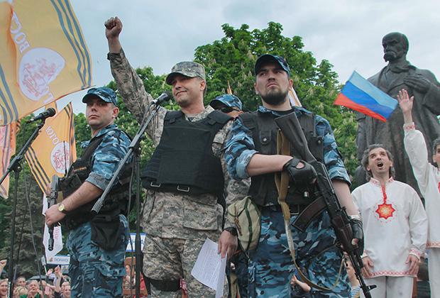 Болотов (в центре) зачитывает обращение после референдума о статусе ЛНР в мае 2014 года