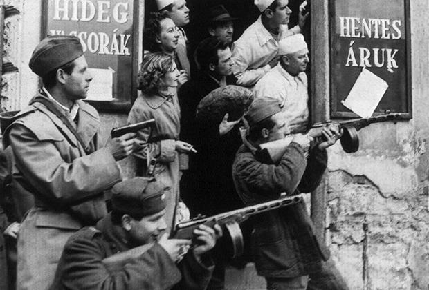Мятежники встречают советские войска в Будапеште