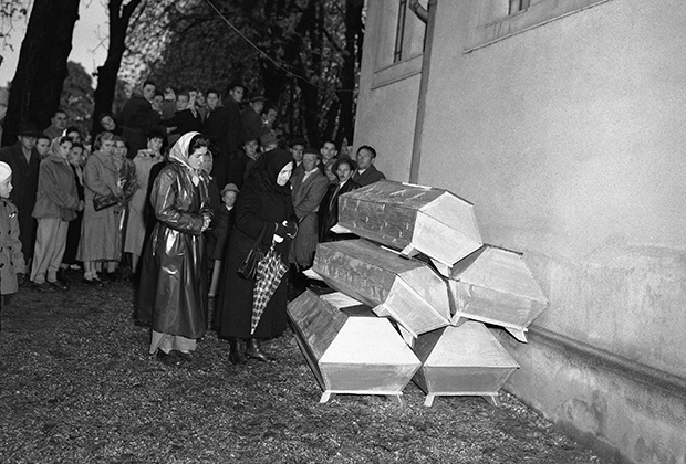 Женщины у гробов мятежников в Венгрии в 1956 году