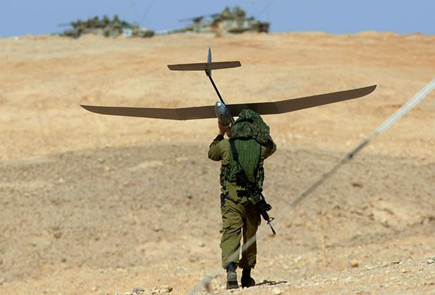 Израильский солдат с беспилотником