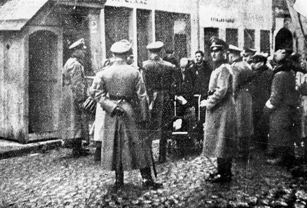 Гестапо проверяет документы в Виленском гетто