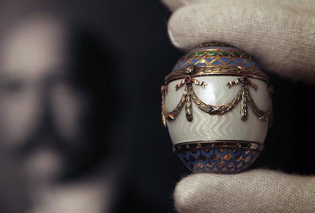 Ювелирное пасхальное яйцо Фаберже из золота с гильошированной эмалью