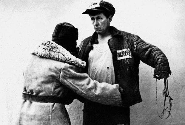 Ссыльный Александр Солженицын в лагерной телогрейке