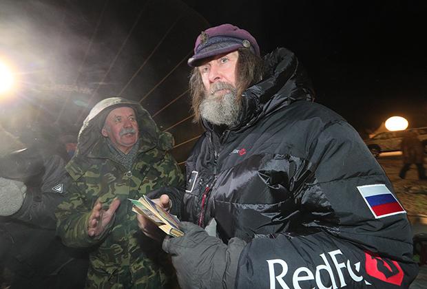 Конюхов общается с командой и журналистами перед стартом