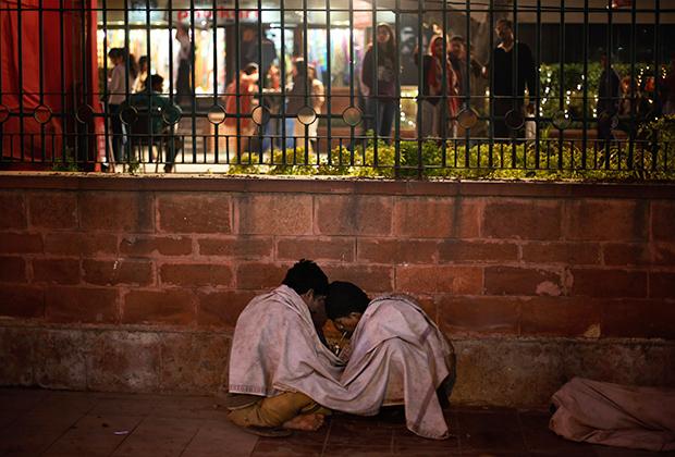 Индийские наркоманы курят героин на улице Нью-Дели
