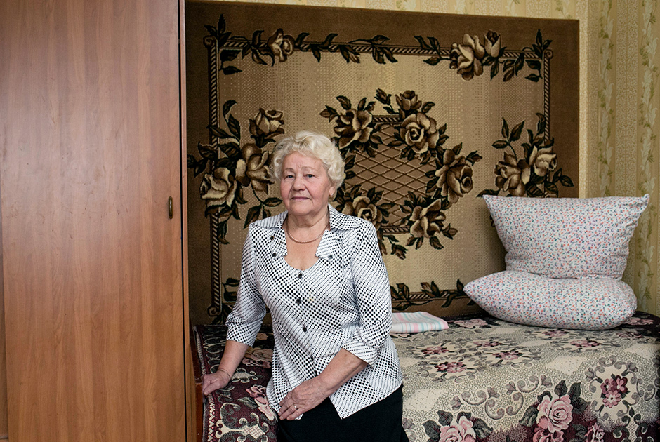 Антонина, 77 лет, и Николай, 80 лет.  <br><br> Знакомы много лет, начали встречаться после того, как оба овдовели. Вместе уже три года. Антонина и Николай часто проводят свободное время за игрой в карты или просмотром телевизионных программ. <br><br> С мужем Антонина прожила 39 лет, но была несчастлива в браке: муж сильно ревновал, распускал руки. С Николаем она впервые в жизни обрела спокойствие и счастье.