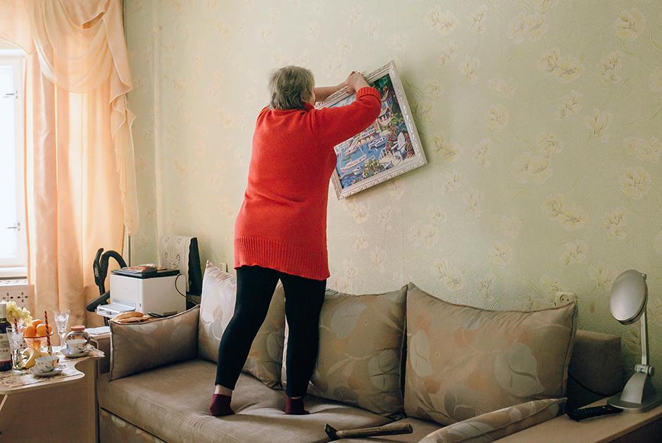 Женщина вешает на стену картину, которую ей подарил возлюбленный. Рисунок очень дорог ей. <br><br> Ольга: «Случайных встреч не бывает! Виктор — это моя последняя любовь, моя мечта».   <br><br> Виктор: «Любовь — это неземное чувство, подарок судьбы».