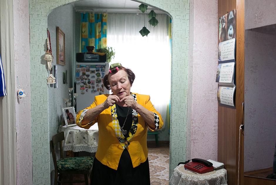 Полина, 72 года, и Николай, 80 лет. Вместе пять лет. <br><br> Познакомились на танцах, на Рождество — 7 января. Николай в тот день впервые пришел в клуб. До этого он прожил 53 года с женой, с которой никуда вместе не выбирались. После ее смерти прошло несколько лет, прежде чем вдовец решился развеяться. По словам мужчины, его как будто потянуло в клуб. Там и познакомились. Николай считает Полину своей первой любовью.