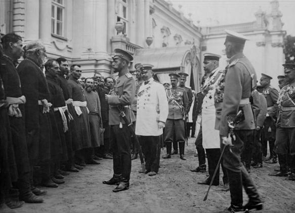 Николай II приветствует черносотенцев