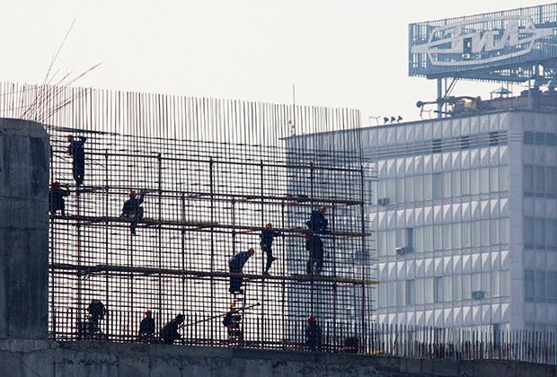 """Вид на здание завода """"ЗИЛ"""" со стороны Москвы-реки"""