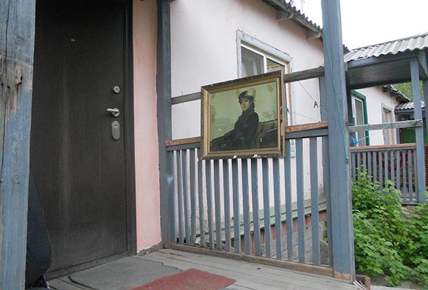 Портрет «Неизвестная» встречает нас на крыльце у входа в артельный «барак для приезжих».