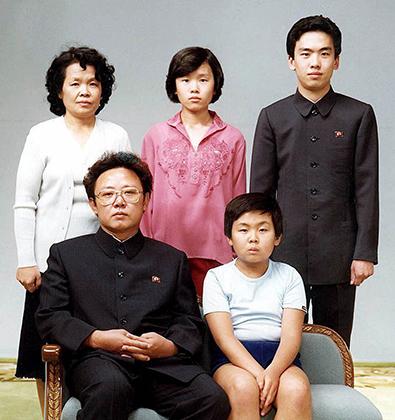 Ким Чен Ир с сыном Ким Чен Намом (на фото — сидят), 1981 год