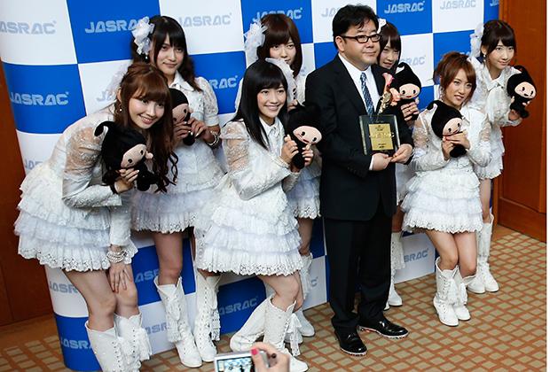Девушки из поп-группы AKB48 и их продюсер Ясуcи Акимото