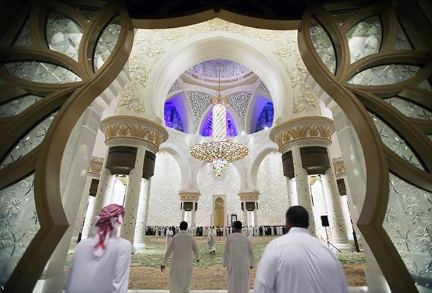 Во время визита в Абу-Даби непременно стоит посетить Большую Мечеть шейха Зайеда