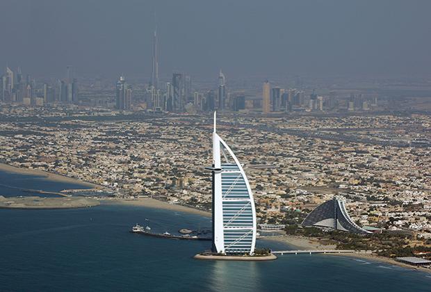 Вид на отель Burj Al Arab, больше известный как «Парус»