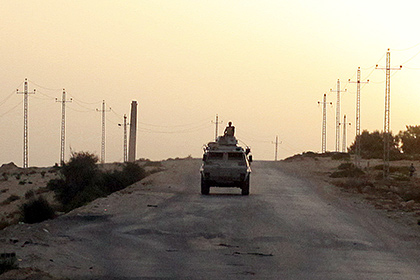 An Egyptian military vehicle is seen on the highway northern Sinai, May 25, 2015. Authorities in the Sinai Peninsula are battling insurgents who support Islamic State, the militant group that has seized parts of Iraq, Syria and Libya. The Sinai conflict, which has has displaced hundreds of Egyptians, is the biggest security challenge for President Abdel Fattah al-Sisi, who has promised to deliver stability after four years of turmoil triggered by the 2011 uprising. Picture taken May 25, 2015. REUTERS/Asmaa Waguih