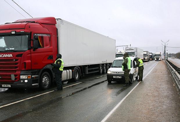 Граница: на въезде в Россию работают два пограничника и таможенник