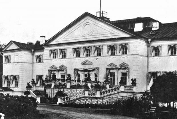 Таким был фасад главного дома усадьбы со стороны парадного въезда