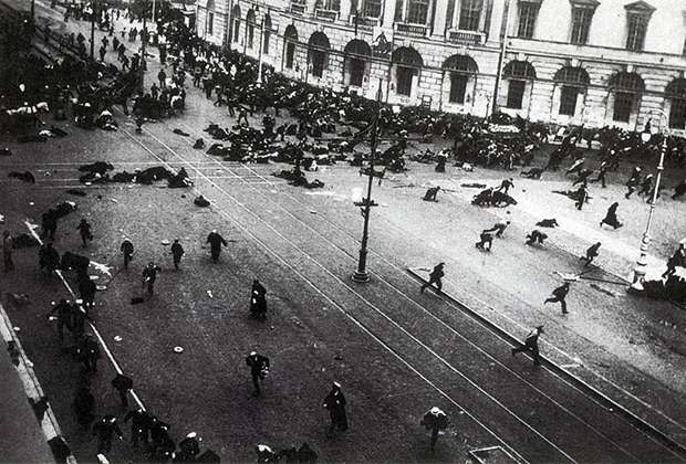 Расстрел юнкерами и казаками мирной рабочей демонстрации на Невском проспекте. Петроград 4 июля 1917