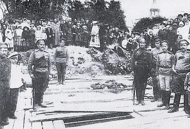 Торжественные похороны в Александро-Невской лавре казаков-донцов, защищавших порядок на улицах Петрограда 3—5 июля 1917 года