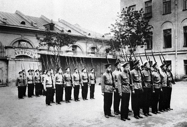Санкт-Петербург, 1911 год. Ученики 3-й гимназии на занятиях по военному делу.