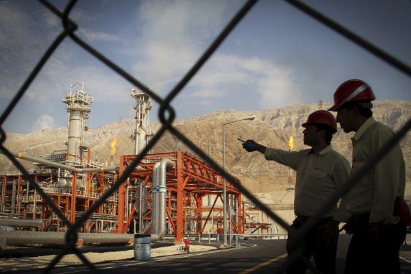 TEHRAN, Nov. 19, 2015 (Xinhua) -- Iranian engineers work at the South Pars gas field at the southern Iranian port of Assalouyeh, Iran, Nov. 19, 2015. The South Pars/North Dome field is a natural gas condensate field located in the Persian Gulf. The South Pars or North Dome field is a natural gas condensate field located in the Persian Gulf. It is one of the world's largest gas fields, shared between Iran and Qatar. (Xinhua/Ahmad Halabisaz) (Credit Image: Global Look Press via ZUMA Press) Photographer: © Ahmad Halabisaz