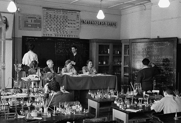 1954 год. На экзамене по химии в 10 классе средней школы №312 города Москвы.