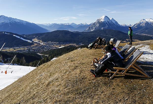 После забега на лыжах можно просто позагорать на солнце