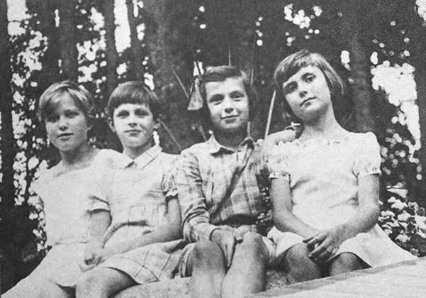 1936 год. На даче командарма 1-го ранга И.П. Уборевича. Справа налево: Мира Уборевич, Светлана Тухачевская, крайняя слева — Надя Уборевич