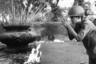 В коллекции Ута много фотографий из Сайгона — столицы Южного Вьетнама (ныне Хошимин). На этом снимке южновьетнамский солдат совершает молитву.