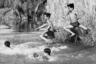 Молодые солдаты гражданской обороны прыгают в воду сквозь пальмовые листья. Фото сделано в 1969 году. На тот момент задачей американцев было переложить ответственность за происходящее на плечи Южного Вьетнама и вывести свои войска из зоны конфликта.