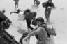 Мирные жители Южного Вьетнама покидают дома. Снимок сделан в 1975 году, когда уже два года не поддерживаемый американцами режим окончательно пал и к власти пришли коммунисты.  <br> <br>  Власти США экстренно эвакуировали из страны собственных граждан. Операция получила название «Порывистый ветер». В целом ее признали успешной, однако в том, как именно она проходила, многие усматривают символичность. По телевидению показывали, как вертолеты, вывозившие солдат и беженцев, после приземления на корабль и разгрузки сталкивали в воду, чтобы освободить место для следующих вертолетов.
