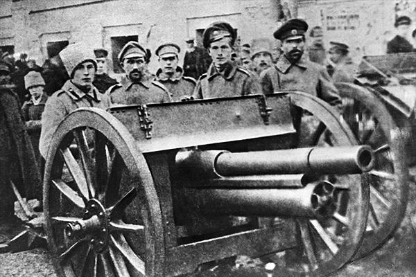 Солдаты и орудия у здания Моссовета, 1917 год