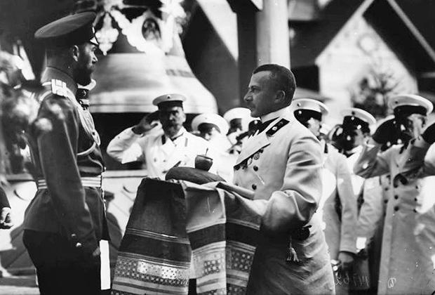Празднование 300-летия дома Романовых. Император Николай II (слева) принимает хлеб-соль