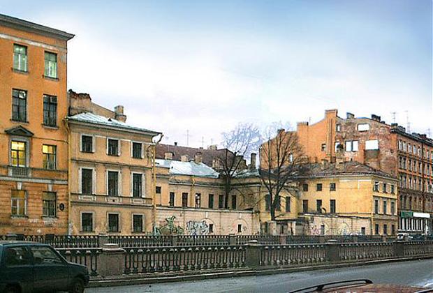 Дворянский заемный банк в Санкт-Петербурге при Екатерине II занимал здание Пробирной палаты (снесено в 2008 году).