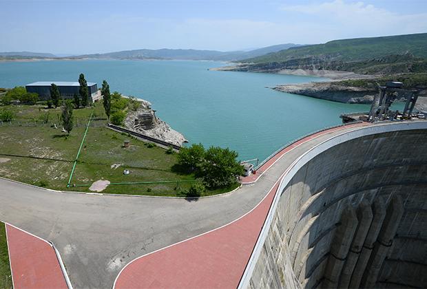 Водохранилище Чиркейской гидроэлектростанции (ГЭС) в Буйнакском районе Дагестана