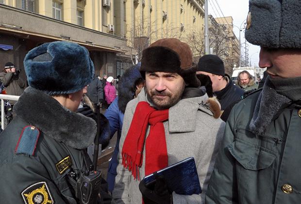 По одной из версий, Вороненков направлялся на встречу с оппозиционером Ильей Пономаревым